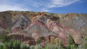 Mehrfarbige Berge Timelapse Roter und gelber Hügel Blauer Himmel mit hellen Wolken stock video footage