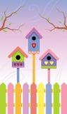Mehrfarbige Birdhouses auf Frühlingshintergrund Stockfotografie
