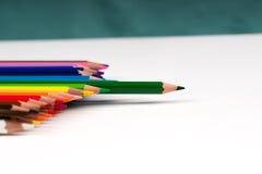 Mehrfarbige Bleistifte auf dem Weißbuch Zurück zu Schule Stockfotos