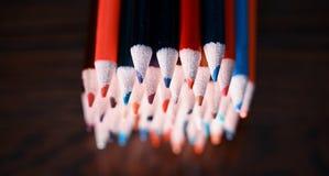 Mehrfarbige Bleistifte auf der Tabelle Ein Stapel farbiges Bleistiftti Stockfoto