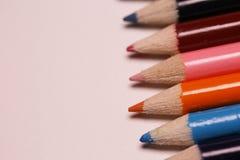 Mehrfarbige Bleistifte auf der Tabelle Ein Stapel farbiges Bleistiftti Stockbilder