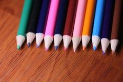 Mehrfarbige Bleistifte auf der Tabelle Ein Stapel farbiges Bleistiftti Stockfotos