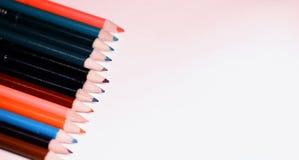 Mehrfarbige Bleistifte auf der Tabelle Ein Stapel farbiges Bleistiftti Stockbild