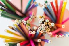 Mehrfarbige Bleistifte in der Nahaufnahme Lizenzfreie Stockfotos
