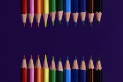 Mehrfarbige Bleistifte für zeichnende Nahaufnahme, ein Symbol von creativit Stockfotografie