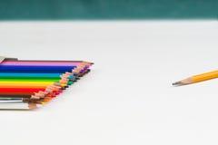Mehrfarbige Bleistifte im Kasten auf dem Weißbuch Stockbild