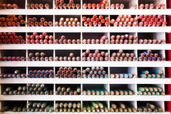 Mehrfarbige Bleistifte im Speicher Stockfotografie