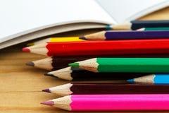 Mehrfarbige Bleistifte mit Album Stockfoto