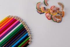 Mehrfarbige Bleistifte und Bleistiftrasuren auf weißem Hintergrund Stockbild
