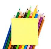 Mehrfarbige Bleistifte und Papier Lizenzfreies Stockfoto