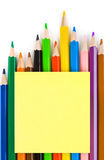 Mehrfarbige Bleistifte und Papier Stockbilder