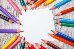 Mehrfarbige Bleistifte und Papier Stockfoto