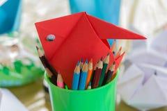Mehrfarbige Bleistifte und Papierfischnahaufnahme Lizenzfreie Stockfotografie