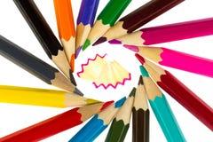 Mehrfarbige Bleistifte und Sägespäne Stockfoto