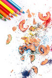 Mehrfarbige Bleistifte und Schnitzel Stockfoto