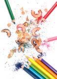 Mehrfarbige Bleistifte und Schnitzel Lizenzfreie Stockfotografie