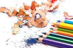 Mehrfarbige Bleistifte und Schnitzel Lizenzfreies Stockbild