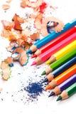 Mehrfarbige Bleistifte und Schnitzel Stockbild