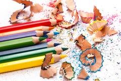 Mehrfarbige Bleistifte und Schnitzel Lizenzfreie Stockfotos
