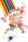 Mehrfarbige Bleistifte und Schnitzel Stockfotos