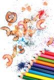 Mehrfarbige Bleistifte und Schnitzel Stockfotografie