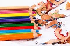 Mehrfarbige Bleistifte und Schnitzel Lizenzfreie Stockbilder