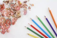 Mehrfarbige Bleistifte und Schnitzel auf weißem Hintergrund mit Kopienraum Stockbilder