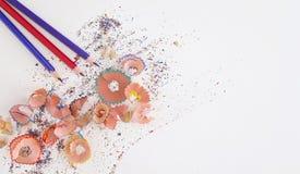 Mehrfarbige Bleistifte und Schnitzel auf weißem Hintergrund mit Kopienraum Stockfoto