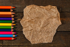 Mehrfarbige Bleistifte und zerknittertes Papier Lizenzfreie Stockbilder