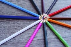 Mehrfarbige Bleistifte verbreiteten heraus in einem Kreis lizenzfreies stockbild