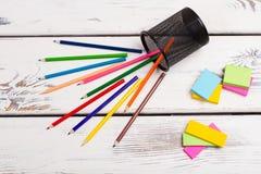 Mehrfarbige Bleistifte zerstreut vom Glas Stockfotografie
