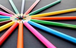 Mehrfarbige Bleistiftlüge ganz herum auf einem schwarzen Hintergrund Lizenzfreies Stockbild