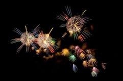 Mehrfarbige Blitze von festlichen Feuerwerken Stockfotos