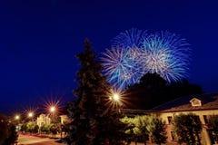 Mehrfarbige Blitze von Feuerwerken über Stadt in der Feier Stockfoto