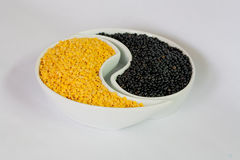 Mehrfarbige Bohnen in der Keramikschüssel Lizenzfreie Stockfotos