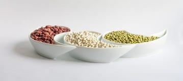Mehrfarbige Bohnen in der Keramikschüssel Lizenzfreies Stockfoto