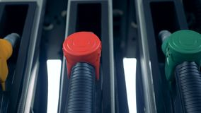 Mehrfarbige Brennstoffpistolen in einer Gaspumpe Benzinbrennstoff, Tankstellekonzept stock video footage
