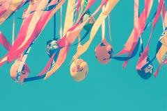 Mehrfarbige dekorative Ostereier und Dekorationen Stockbilder