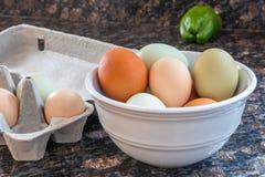 Mehrfarbige Eier in der Küche Stockfotos