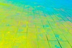 Mehrfarbige Erde, Pflastersteine, Pulver beschichtete mit Farben am Holi-Festival lizenzfreie stockfotos