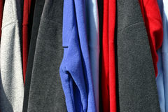 Mehrfarbige Fall-Kleidung Stockfoto