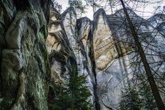 Mehrfarbige Felsformationen, verschiedene Formen und Bäume Stockbilder