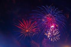 Mehrfarbige Feuerwerke der Feier, Kopienraum 4 von Juli, 4. von Juli, schöne Feuerwerke des Unabhängigkeitstags Lizenzfreie Stockfotos