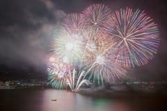 Mehrfarbige Feuerwerke nachts Lizenzfreie Stockfotos