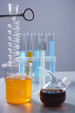 Mehrfarbige Flüssigkeiten in den Laborbehältern Stockbilder