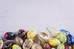 Mehrfarbige Frühlingstulpen und Ostereier mit Dekorationen stockfotos