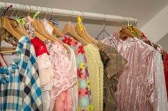 Mehrfarbige Frauen ` s Kleider auf Aufhängern stockfoto