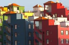 Mehrfarbige Gebäude Kanarienvogel im Praya De las Amerika-Tenerife Stockfotos