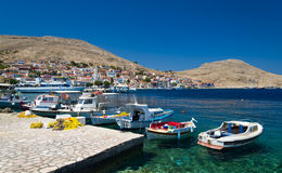 Mehrfarbige Gebäude von Halki-Insel (Chalki) stockfotografie