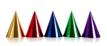 Mehrfarbige Geburtstaghüte auf Weiß Stockfotografie